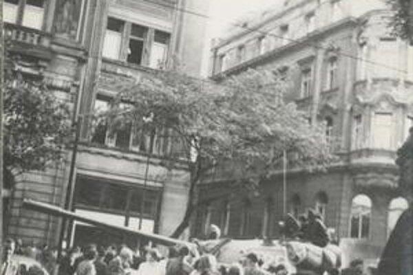 Demonštranti a tanky v centre Bratislavy.