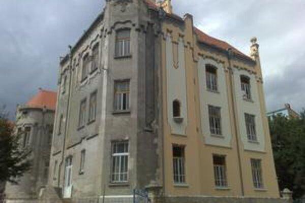 Župní poslanci odsúhlasili, aby si samosprávny kraj zobral úver a riešil tým finančný výpadok pre krízu. Peniaze by mali ísť hlavne na rozbehnutú rekonštrukciu Gymnázia Grösslingová.
