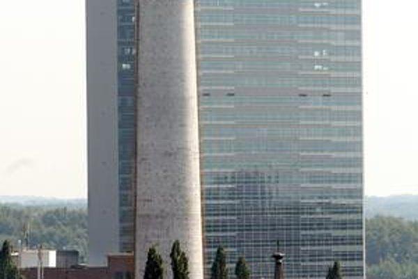 Na snímkach sú dve zo štyroch pôvodne najvyšších stavieb v meste. Komín teplárne a bývalé Presscentrum, dnes Tower 115, pomenované podľa svojej výšky – 115 metrov. Najvyššou stavbou stále zostáva televízna veža na Kamzíku so 194 metrami.
