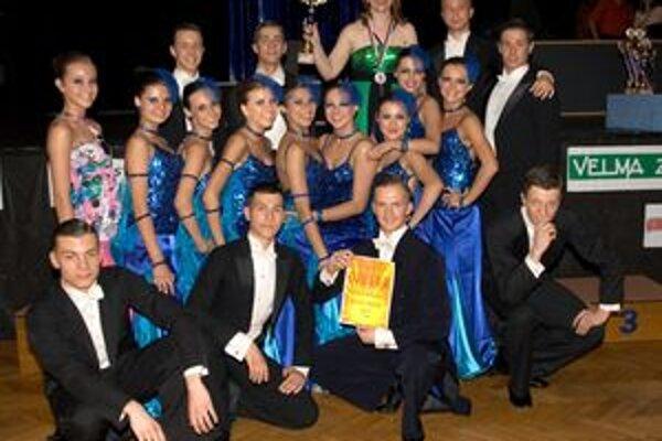 Úspešní žiarski tanečníci so Stellou Víťazkovou (s trofejou v ruke).