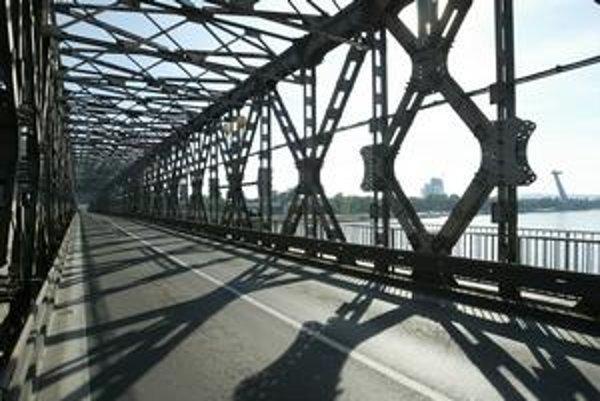 Magistrát teraz hovorí, že most by sa mohol rozobrať a potom znova zložiť, ale tak, aby sa zdvihol o potrebnú výšku.