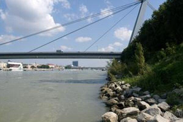Merania, ktoré by mali dokázať, či sa mení dno rieky a Hrušovskej zdrže, by mali byť k dispozícii koncom mesiaca.