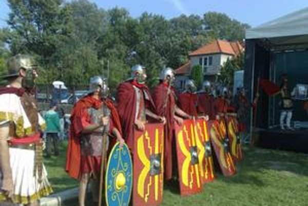 Rímske légie ukázali počas cvičenia bojové formácie.