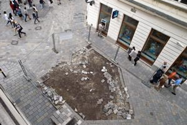 Rozbitá dlažba na Laurinskej ulici v pešej zóne sa opravuje  v druhej etape. Už na jar tu bol rozrytý povrch a chodci mali problém sa pohybovať.