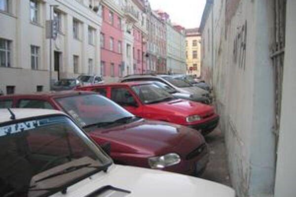 V Starom Meste včera zrušili nariadenie, ktoré upravuje parkovanie v platenej zóne. Pre vodič to ale nič nemení.