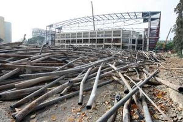 Prestavba Zimného štadióna O. Nepelu (vľavo) sa začala v apríli. Väčšia časť pôvodnej stavby padla. Teraz pokračuje montáž nosnej oceľovej konštrukcie.  SME - PAVOL FUNTÁL