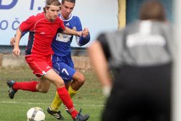 Jeden z najlepších treťoligových strelcov, Ružinovčan Dušan Vangel (v modrom) sa gólovo presadil i v súboji 1. kola Pohára BFZ proti Kalinkovu.