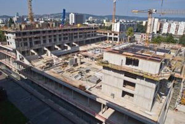 Polyfunkčný komplex Retro vzniká na mieste bývalého obchodného domu Jadran. Jeho zvýšenie investor označuje ako zmenu stavby pred dokončením, mesto s tým nesúhlasilo.