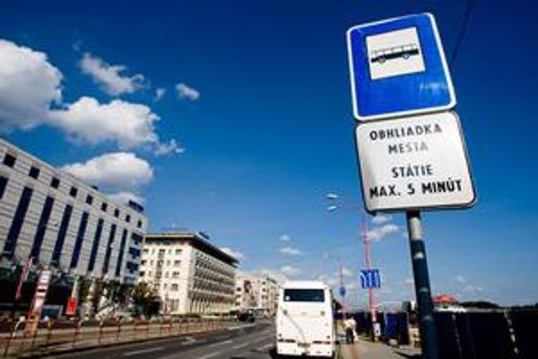 Turistické autobusy budú môcť krátkodobo stáť na Rázusovom nábreží minimálne do konca roka. Čo bude potom, ukáže rokovanie pracovnej skupiny, ktorá vznikla práve preto, aby našla ideálne riešenie.