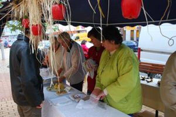 Ľudia mali záujem najmä o jablkové koláčiky. Pri stánkoch sa vymieňali aj recepty.