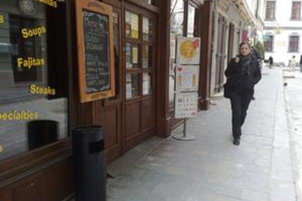 Staré Mesto navrhne kaviarňam, aby fajčiarom nechali vonku popolník.