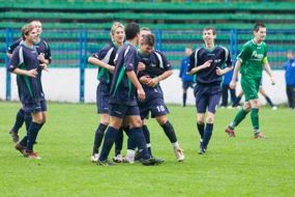 Hráči ŠKP Dúbravka sa tešia z vedúceho gólu Dávida Gálu (č. 10) v zápase 8. kola III. futbalovej ligy  ŠKP Dúbravka – MŠK I. Petržalka 2:0.