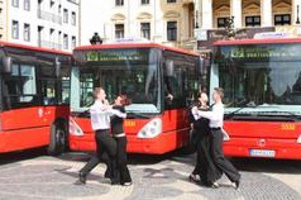 Nové krátke autobusy mali nahradiť zastarané, prvých 16 z 35 už premáva. Dopravný podnik a mesto ich s veľkou slávou predstavili na konci septembra. Úrad pre verejné obstarávanie však nariadil súťaž zrušiť. O všetkom má nakoniec rozhodnúť súd.