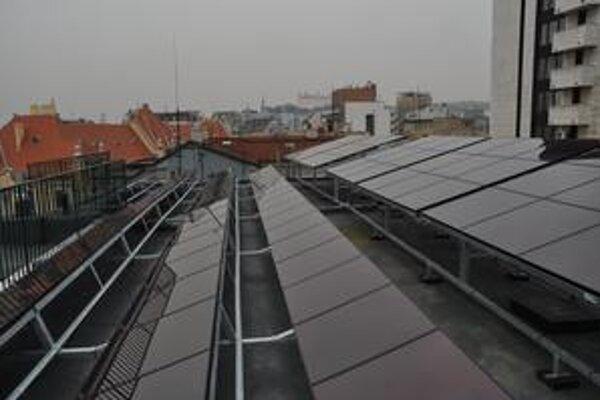 Na streche budovy na Grösslingovej je 170 solárnych panelov.