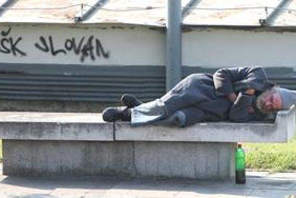 Bezdomovci, ktorí popíjajú vonku alkohol, sú možno najviditeľnejší, ale nie jediní. Z nadmiery lacného vína vyspávajú na lavičkách pri Novom moste, či v parkoch. Pije sa aj v okolí stánku pri obchodnom centre v Dúbravke. Nenalejú tam, ale predajú panáka v
