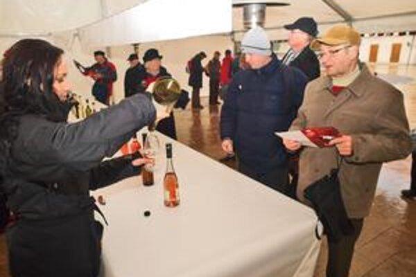 Na Hlavnom námesti do 17tej hodiny dnes ponúkajú päťdesiat druhov mladých českých vín. Degustačný pohárik stojí 4 eurá.