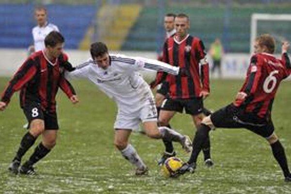 Odkedy Petržalčania nemôžu využívať štadión za Starým mostom, hrávajú v Senci, Dúbravke aj na Pasienkoch. Na snímke je v pohárovom zápase proti Trnave uprostred Filip Kiss.