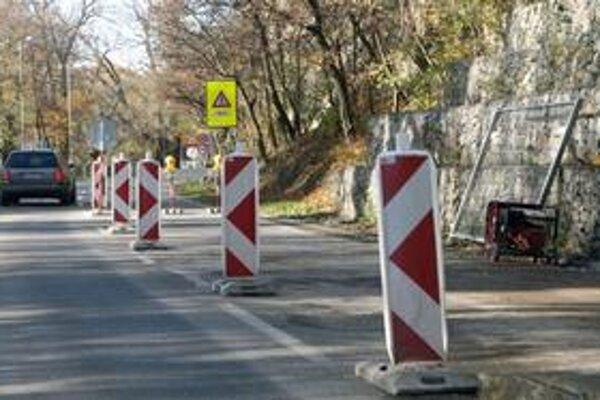 Doprava na Devínskej ceste je čiastočne obmedzená, na padajúci svah začali montovať konštrukciu. Uzavretý je úsek v smere na Devín za odbočkou na Dlhé diely. Vodiči zatiaľ zdržania nehlásia. Obmedzenia majú trvať do 22. decembra.