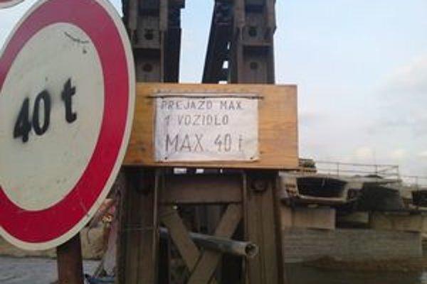 Podľa predbežných zistení polície mal most záťaž jedného nákladného auta vydržať.
