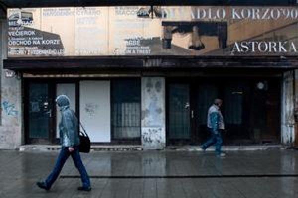 Budova bývalého divadla Astorka na Suchom mýte dnes chátra. Mesto ju predalo v roku 2003 spoločnosti IPR Slovakia.