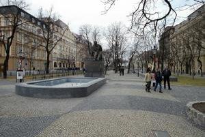 Len za polievanie zelene na Hviezdoslavovom námestí zaplatilo vlani Staré Mesto Bratislavskej vodárenskej spoločnosti okolo šesťtisíc eur. Úsporu peňazí má priniesť nová navŕtaná studňa.