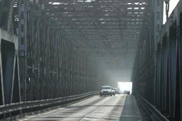 Autá na Starom moste už rok nejazdia. Kedy po ňom bude premávať električka, nie je isté. Na budúci rok dá mesto na prípravu jej projektu šesť miliónov eur.