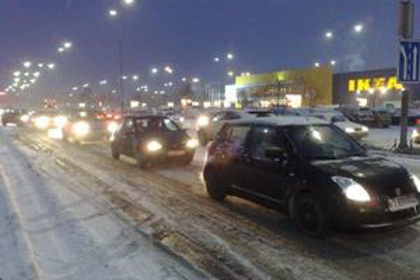 Dopravu pri nákupných centrách cez víkend sťažilo aj vytrvalé sneženie.