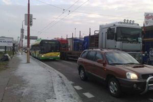 Autobusy, ale aj autá jazdia po Rožňavskej v jednom z dvoch pruhov.