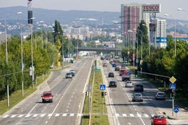 Blikajúcu zelenú mesto vyskúšalo na deviatich križovatkách v Bratislave. Dve sekundy pred prepnutím na oranžovú začne zelený signál blikať.