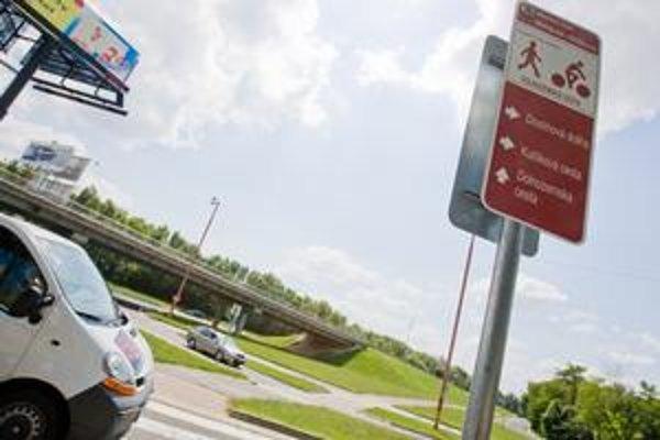 Existujúca Dolnozemská zelená cesta má 4,5 kilometra. Začína sa pod Starým mostom, tiahne sa popri nábreží, okolo Ekonomickej univerzity až k Chorvátskemu ramenu, napája sa na dunajskú cyklistickú cestu.