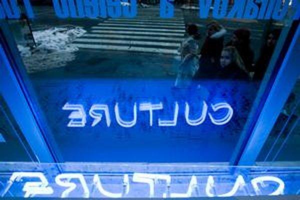 Neontour vo výklade Poľského inštitútu na Námestí SNP. Culture je dielom slovenských dizajnérok Eleny Bolcekovej a Alice Horváthovej.