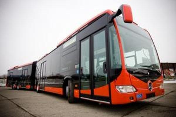 Nízkopodlažný autobus značky Mercedes odvezie 186 cestujúcich, ako jeden z mála v bratislavskej MHD bude klimatizovaný. Okrem prvého kusa ich má v meste pribudnúť ešte 24, no nevie sa kedy.