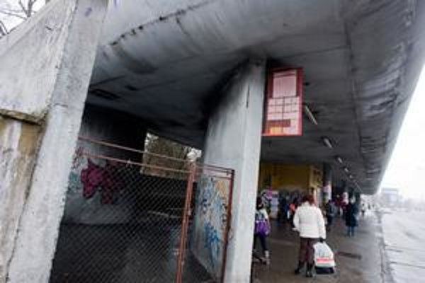 Takzvané slepé miesta Patrónky dalo mesto zamrežovať. Chcelo tak zabrániť prespávaniu bezdomovcov. Peniaze na opravy veľkých prístreškov Bratislava nemá.