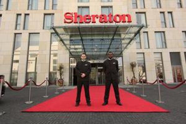 Apartmány do 210 štvorcových metrov, luxusné spa či kongresové priestory s denným osvetlením, z ktorých na požiadanie spravia tanečnú sálu. Zamestnanci na otvorení  bratislavského hotela Sheraton pracovali do poslednej chvíle.