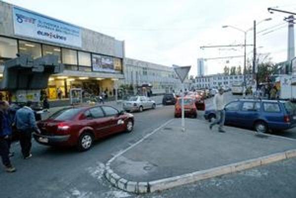 V okolí autobusovej stanice je zlá situácia s parkovaním. Pred stanicou je aj stanovište  taxíkov.