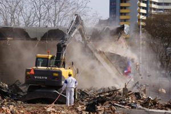 Sobotné búranie na Záhradníckej ulici. Pozemok patrí spoločnosti Henkel Slovensko, ktorá tu chce postaviť šesťpodlažnú administratívnu budovu.