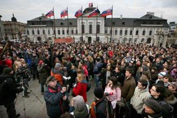 Proti vlasteneckému zákonu protestovali minulý týždeň študenti. Zišli sa pred prezidentským palácom.