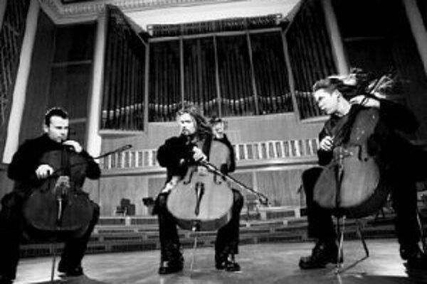 Apocalyptica príde do PrahyEicca Toppinen, Paavo Lotjonen, Perttu Kivilaakso je trojica brilantných violončelistov s klasickým vzdelaním, konkurujúcich takým kapelám ako Metallica, Slayer, Faith No More alebo Sepultura.Apocalyptica sa do povedomia fanúš