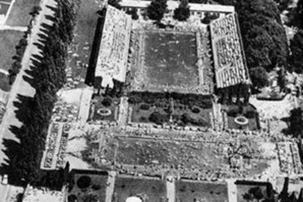 V r. 1938 bolo kúpalisko Lido odstúpené Nemecku. Náhradou sa v r. 1943 stalo Tehelné pole.