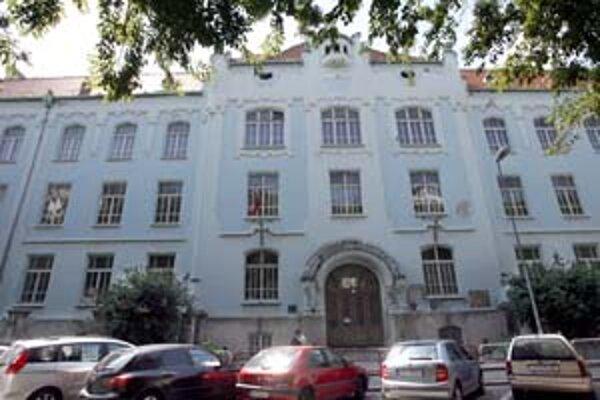 Budova Gymnázia na Grösslingovej chátra, zmena rozpočtu kraja rátala s jej rekonštrukciou. Zatiaľ ju poslanci neschválili.