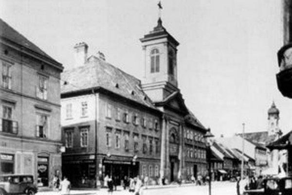 Lekáreň na rohu Kolárskej a Špitálskej je tam dodnes.