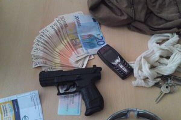 Do pobočky banky vošiel muž s touto plynovou pištoľou v ruke.