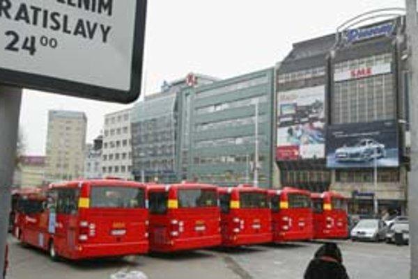 Nové autobusy značky Sor si mohli včera obzrieť Bratislavčania na Námestí SNP. Jazdiť by mali už dnes.