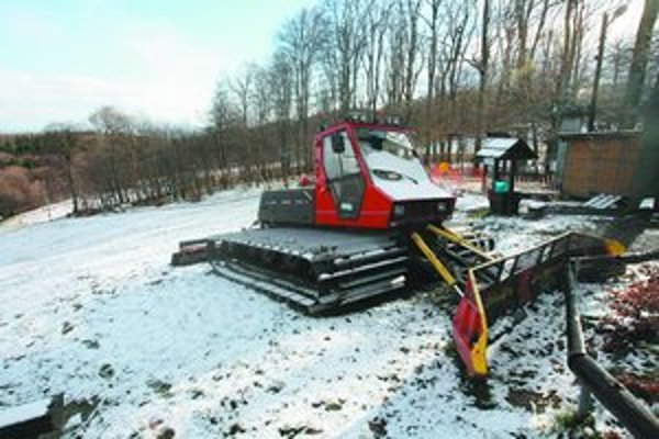 Snehový poprašok ostal po nočnej fujavici na Kamzíku. V meste a okolí spôsobilo nepredvídateľné počasie počas včerajšieho predpoludnia 37 nehôd.