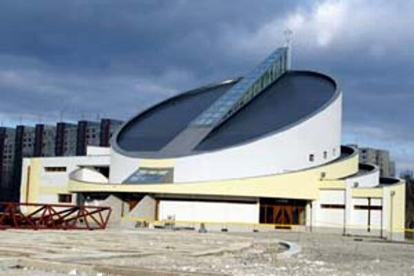 V súvislosti so stavbou kostola na Kutlíkovej je farnosť roky zadlžená. Kostol je hotový, dobudovať chcú ešte faru, zvonicu a pastoračné centrum.