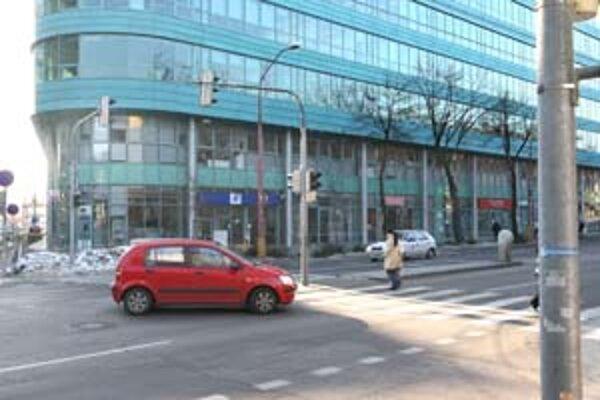 Vodiči by si mali dávať na Prievozskej ulici pozor. Dopravný chaos vznikal v uplynulých dňoch na križovatke, kde sú vypnuté semafory.