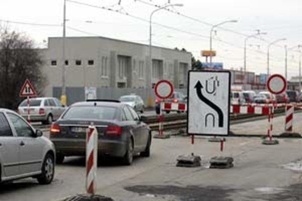 Situácia v dopravnej špičke na Vajnorskej ulici v týchto dňoch pripomína časy, keď bola jednou z dvoch výpadoviek z mesta. Rozkopávka súvisí s haváriou vodovodu.