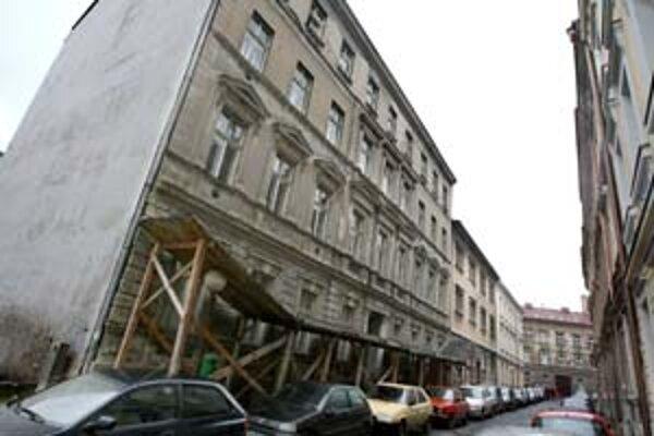 Jedna z troch budov bratislavského konzervatória je už druhý rok zatvorená. Hygienik označil jej stav za kritický.