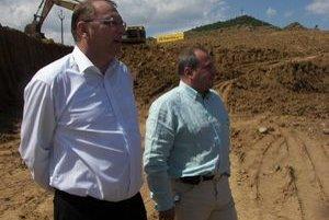 Minister Ľubomír Vážny a riaditeľ NDS Igor Choma veria, že R 1 dokončia načas.