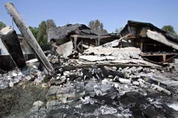 Ruiny zo zhoreniska po bývalom sklade Detoxu na Kopčianskej už odpratali. Firma sa snaží informácie o podpaľačovi získať za odmenu 100-tisíc korún.